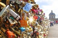 """Το Παρίσι βγάζει στο σφυρί τα """"λουκέτα της Αγάπης"""""""