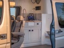 Ένα απίστευτα άνετο σπίτι σε ένα Mercedes-Benz Sprinter Van