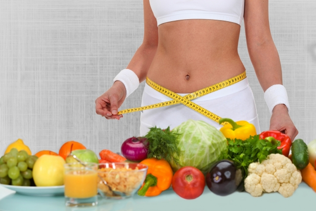 devojka sa santimetrom i zdrava hrana