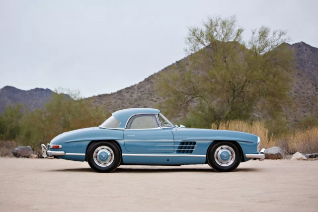Μια vintage, κούκλα Mercedes-Benz 300 SL Roadster